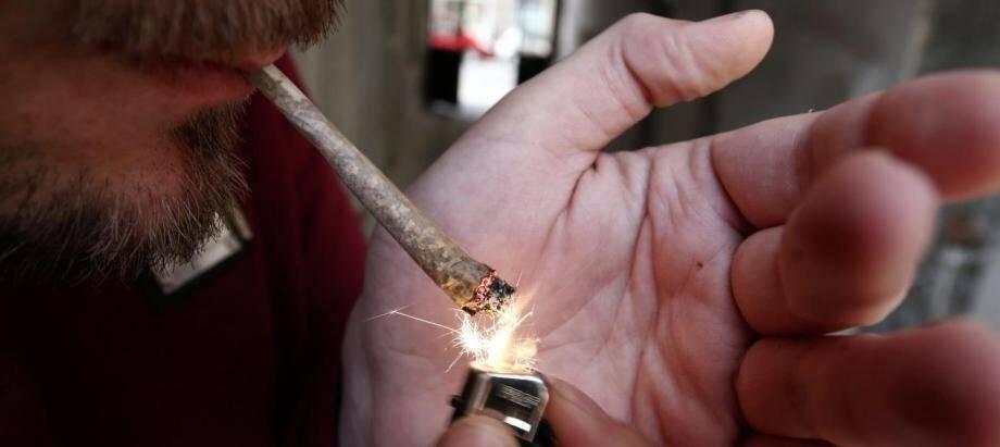 Un fumeur de cannabis.