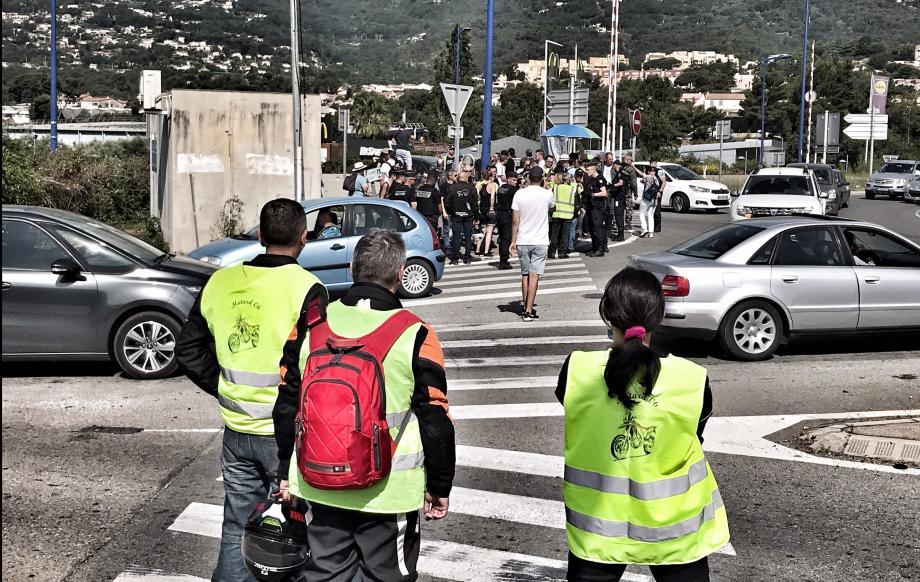 """Le rassemblement des """"gilets jaunes"""" au rond-point du pont de la Manda s'est achevé vers 12h30 ce samedi. ont"""