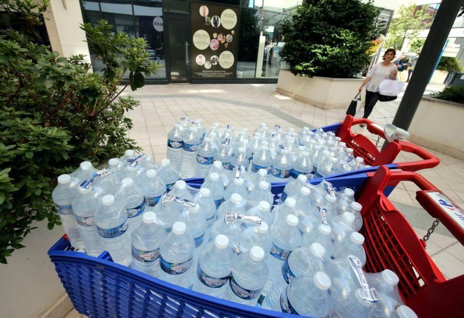 Des bouteilles d'eau seront distribuées à la gare.