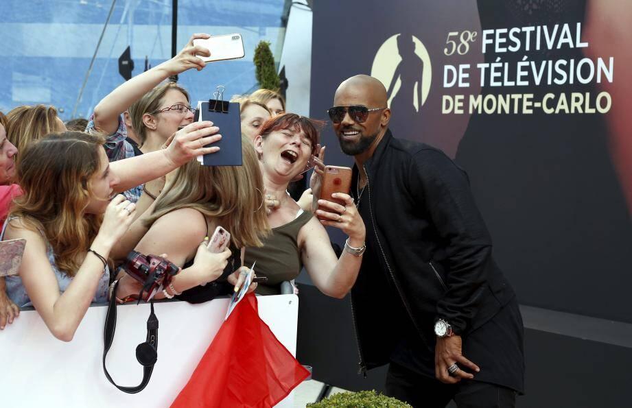 L'acteur Shemar Moore et des fans lors de l'édition 2018 du Festival de Télévision de Monte-Carlo.