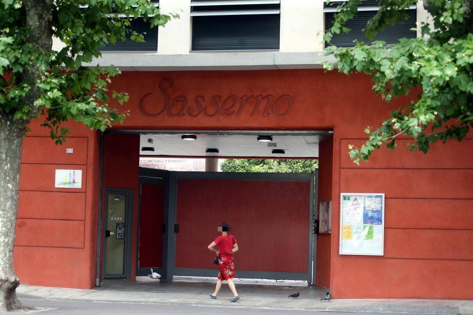 Au lycée Sasserno à Nice, c'est la consternation depuis la nouvelle du décès d'une lycéenne.