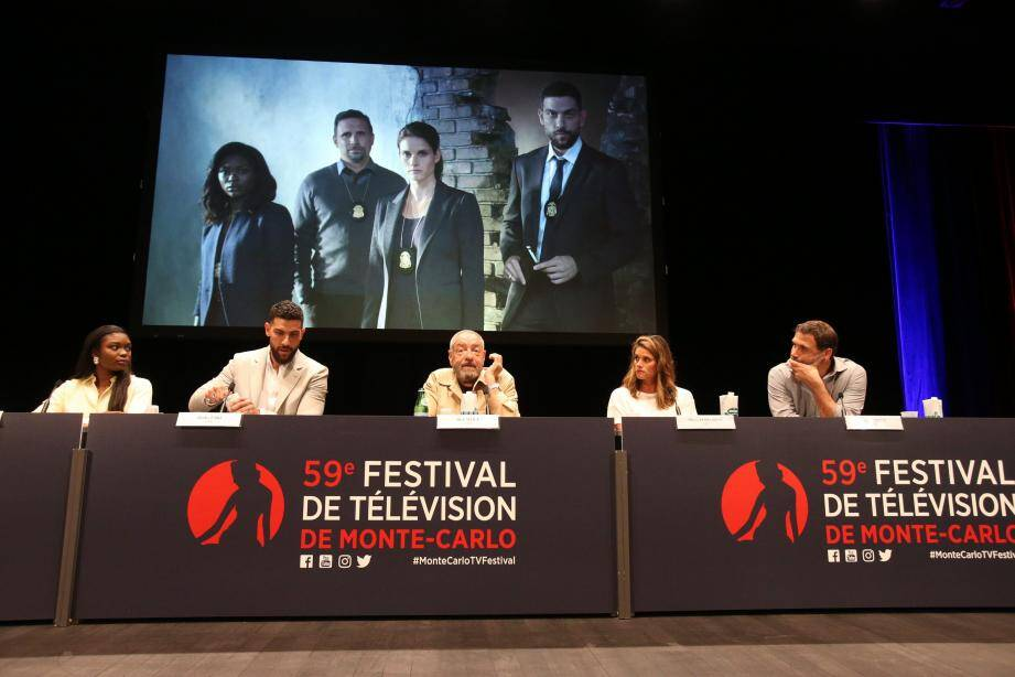 La série FBI, avec de gauche à droite : Ebonee Noel, Zeeko Zaki, Dick Wolf, Missy Peregrym et Jeremy Sisto