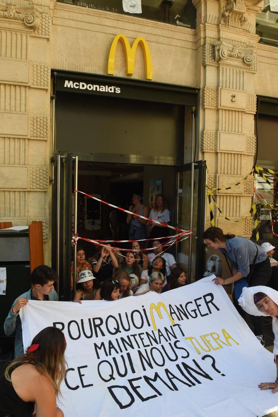 """Des dizaines de membres de Youth for Climate France ont bloqué toute la journée dimanche un restaurant McDonald's à Bordeaux pour dénoncer ce """"symbole de la surconsommation, du gaspillage et de l'élevage intensif"""", une action coïncidant avec les assises nationales de ce mouvement écologiste."""