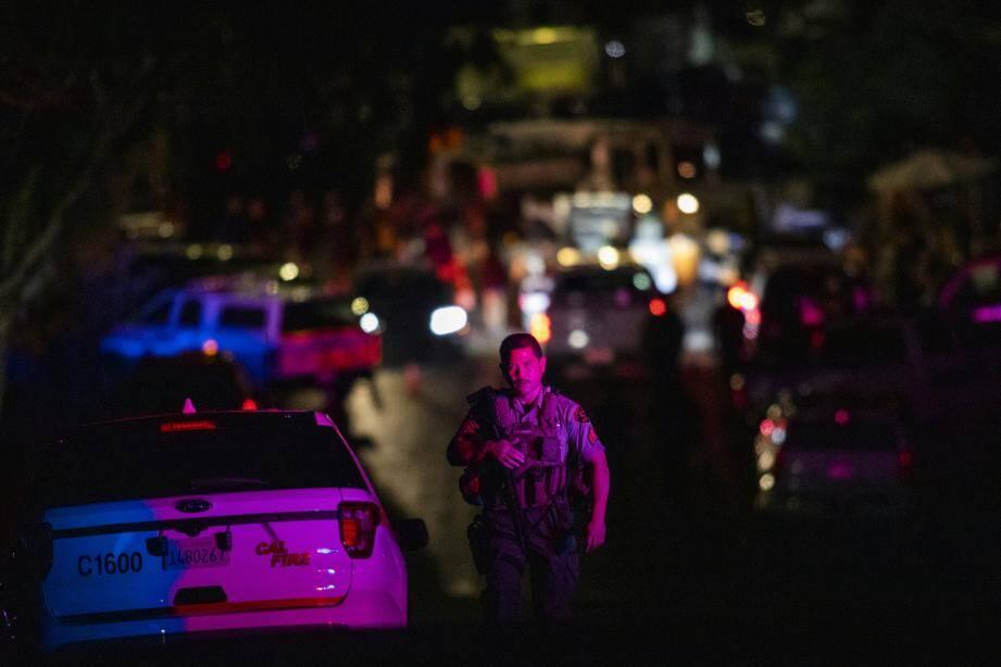 Un officier quitte la scène de la fusillade à Gilroy.