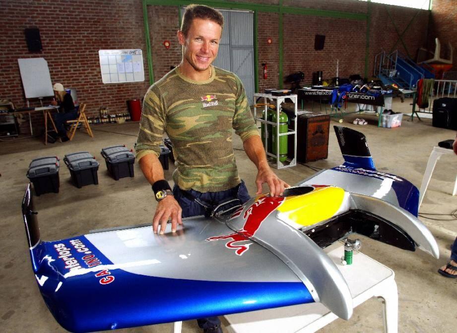 Felix Baumgartner, un Autrichien de 34 ans, présente, le 30 juillet 2003 à l'aérodrome de Marck (Pas-de-Calais), son aile en fibre de carbone avec laquelle il va traverser la Manche en chute libre