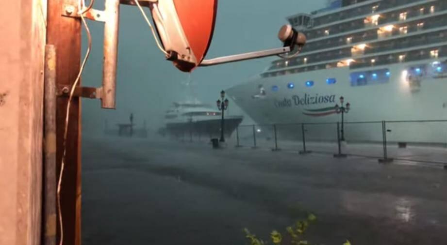 La tempête a probablement déporté le navire vers un yacht accosté non loin de la célèbre place Saint-Marc, faisant passer le Costa Deliziosa juste à côté du yacht qu'il a presque effleuré, provoquant la panique à bord