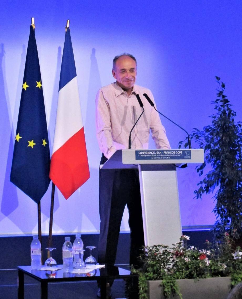 Jean-François Copé a présenté et dédicacé son nouveau livre devant un public nombreux, à la salle Recroix.