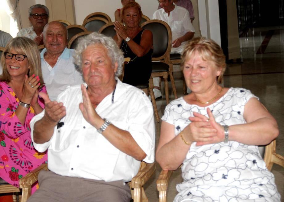 Émotion pour Gilbert et Annie en visionnant le film de leur mariage en 1969.