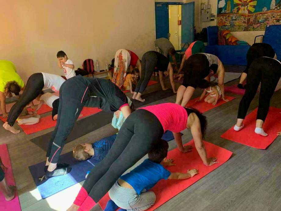 Près de 25 parents qui se sont déplacés samedi matin avec leur enfant pour pratiquer des exercices de respiration et des postures en duo dans la salle de motricité. (DR)