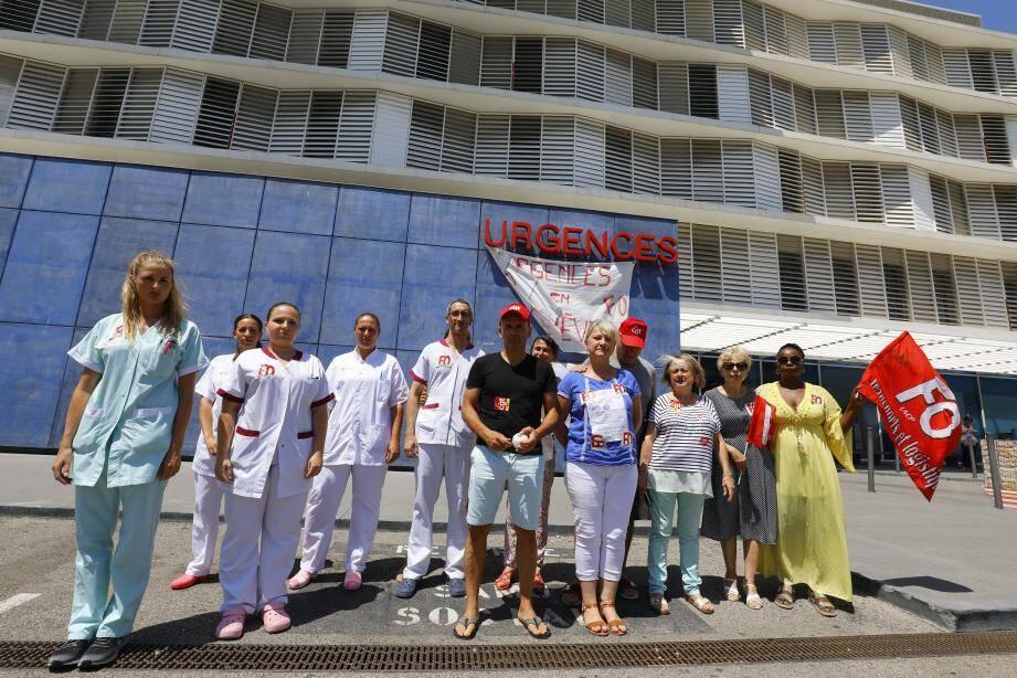 Mardi, devant les urgences de l'hôpital Simone-Veil de Cannes.