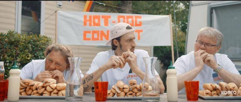 Petit secret : une ancienne banderole politique appartenant à la propriétaire des lieux a servi pour créer celle du « hot dog contest » au verso ! Oui, c'est collector. (Capture YouTube)