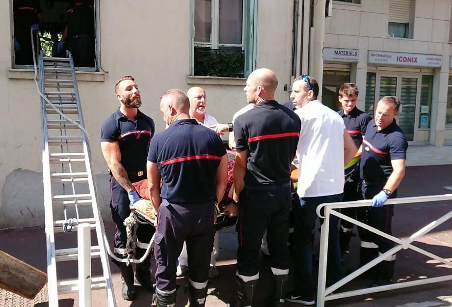 Douze pompiers et quatre ambulanciers ont aidé la personne à regagner son domicile.