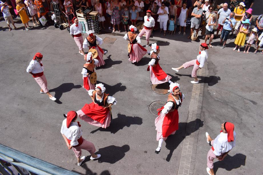 Hier matin, la célébation du centenaire de l'Académie Provençale de Cannes a emmené le cortège au marché Forville.