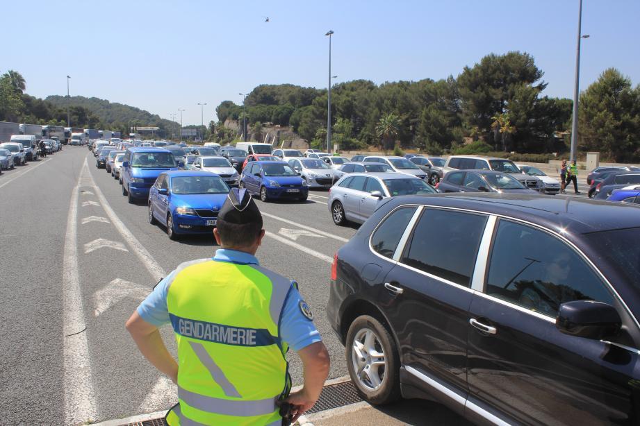 Beaucoup de monde hier sur l'autoroute A8 où 120 000 véhicules se sont croisés dans les deux sens pour l'arrivée des juillettistes. À droite, le colonel Deiber et le capitaine Roussel, de la compagnie de gendarmerie des Alpes-Maritimes.