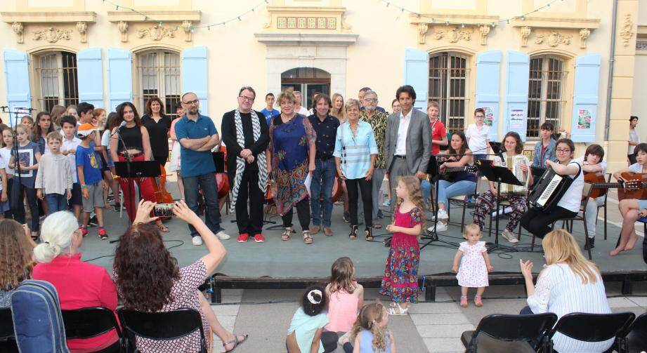 Élèves, professeurs, élus se sont rassemblés sur la scène du centre culturel autour du célèbre jazzman Richard Galliano.