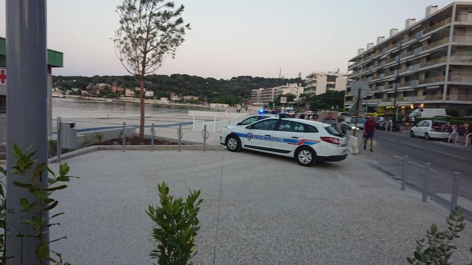 La police municipale et les pompiers d'Antibes ont évacué et sécurisé la plage de la Salis.