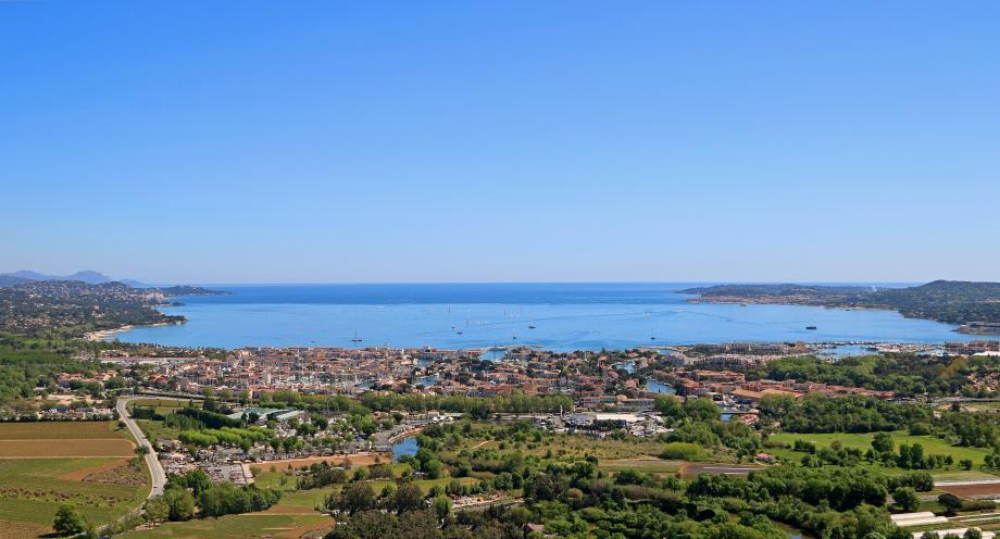 Le Golfe en vue aérienne depuis Grimaud, avec Port-Grimaud au centre, joyau au cœur du joyau...