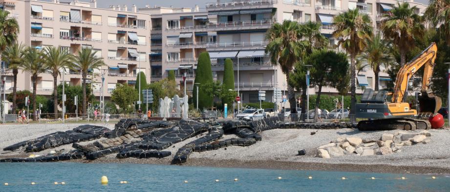 Un grand corps désarticulé, échoué sur la plage du Cros. Hier matin, la ferme aquacole a été tirée hors de l'eau, après trente ans de service et des années de tensions avec la mairie.