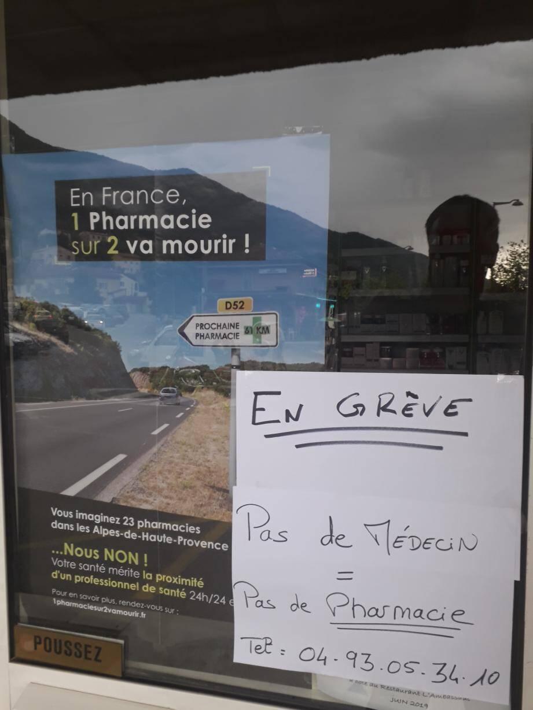 L'affiche apposée, il y a quelques jours, sur la devanture de la pharmacie d'Entrevaux.