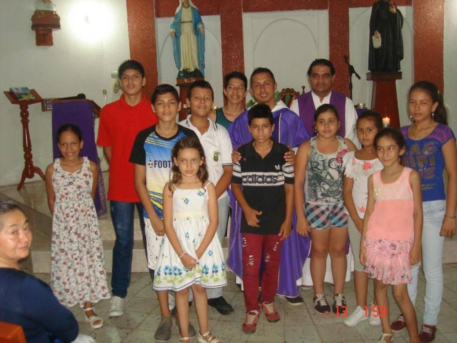 Les enfants entourés du père John (au premier plan), curé de Notre-Dame de la Mer à La Seyne, et du du père Freddy, curé de la paroisse de Lerida.