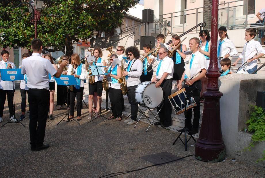 Pendant l'interprétation de l'hymne national le 14 juillet.