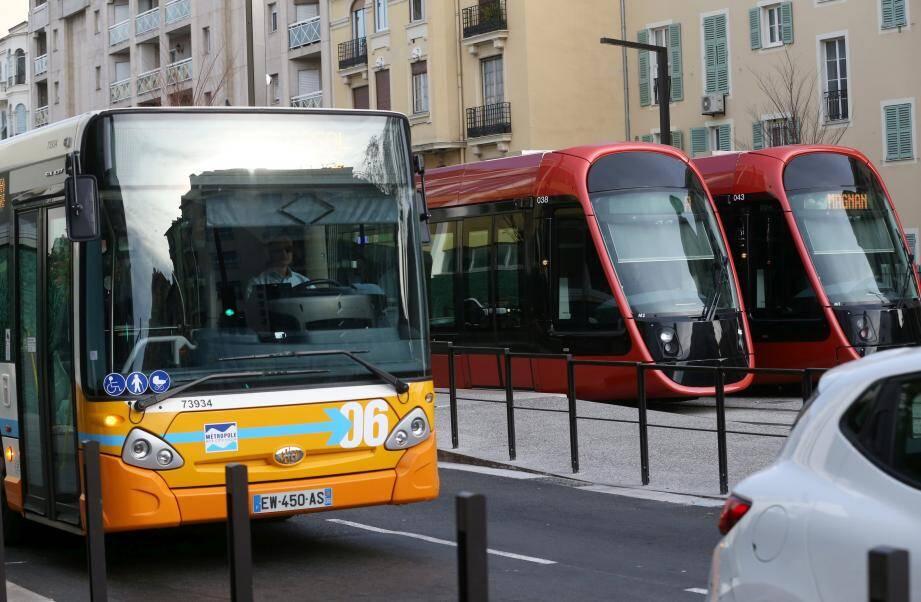 Jusqu'au 2 septembre, le bus relaie le tramway sur le trajet centre-ville/aéroport.
