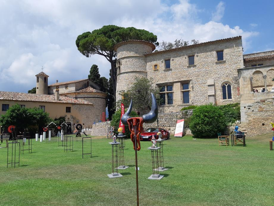 Dans les salles, dans le patio ou dans les jardins, les visiteurs pourront apprécier plus d'une centaine d'œuvres majestueuses réalisées par 32 artistes contemporains.
