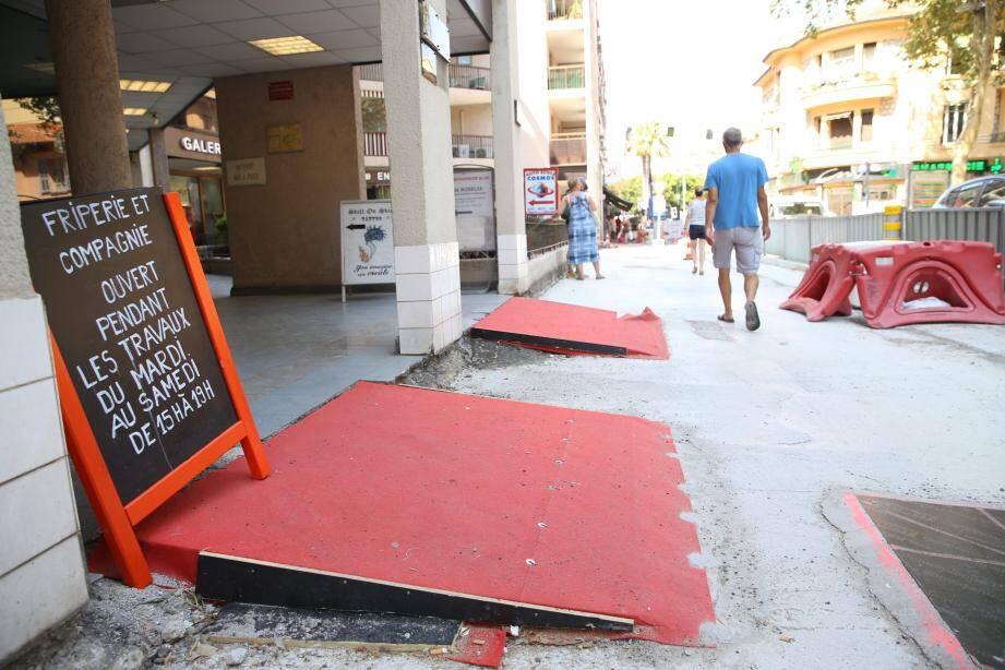 Certains commerçants de l'avenue Renoir n'ont pas hésité à mettre des pancartes pour informer le client. La chocolaterie L'Oiseau d'or, sur la place De-Gaulle, a profité de cette phase de travaux pour entamer elle aussi une rénovation complète de sa boutique.