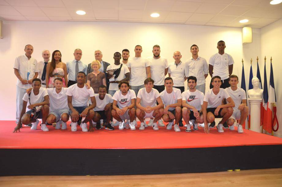 L'équipe U19 entourée des personnalités.