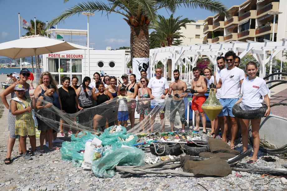 Après le ramassage, le tri des déchets a eu lieu près du poste de secours. L'occasion pour les participants de faire le point sur leur engagement de la matinée.