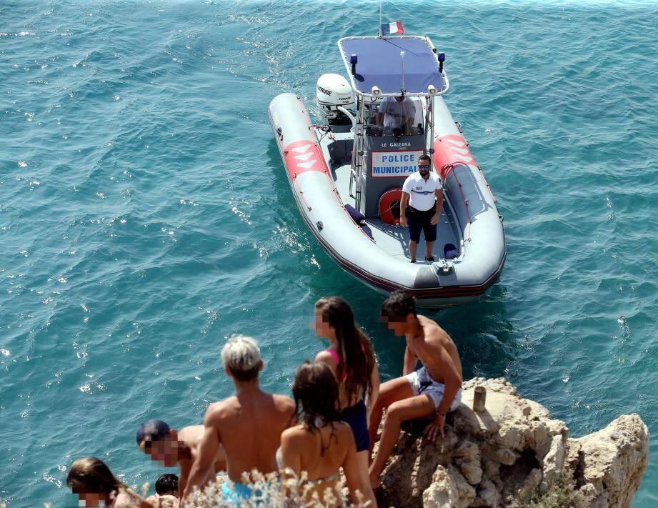 Confrontation, mercredi après-midi entre la police municipale et des plongeurs qui risquent un PV à 11 euros.