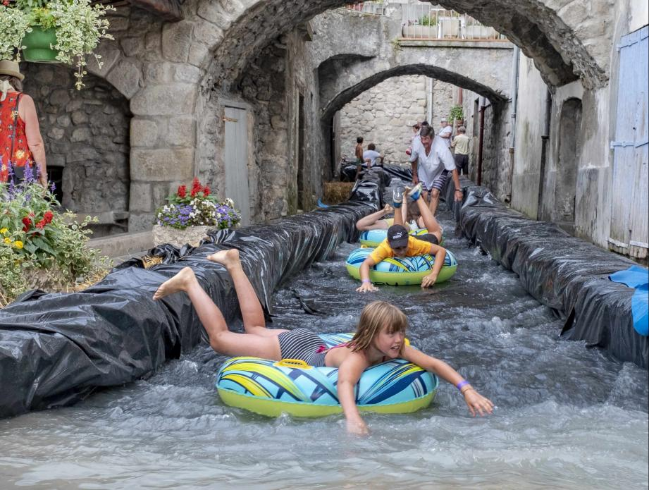 Comme au bord de mer, Annot propose des descentes en bouées!