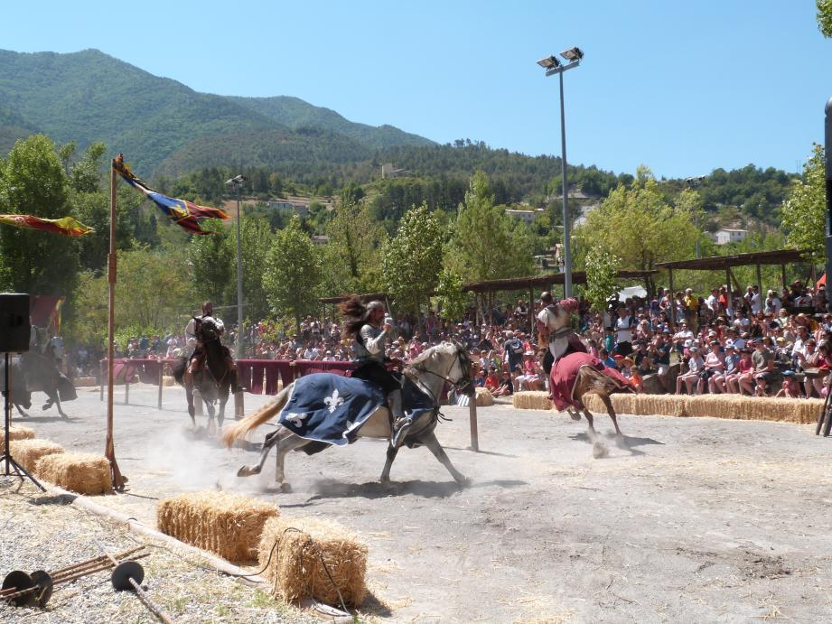 Les tournois de chevalerie équestre, toujours très attendus et spectaculaires.