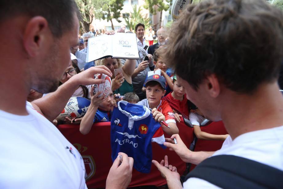 Plusieurs centaines de spectateurs ont assisté à la séance de dédicaces organisée par le XV de France. Tous les joueurs, sans exception, y ont participé.