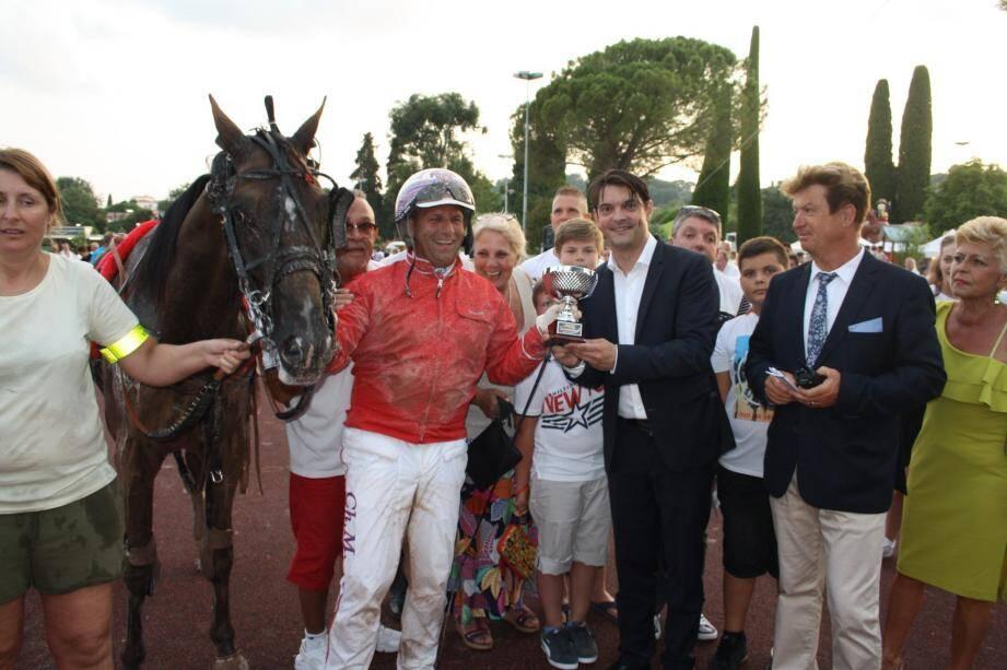 Le maire Jérôme Viaud a remis la coupe du prix Rose centifolia.