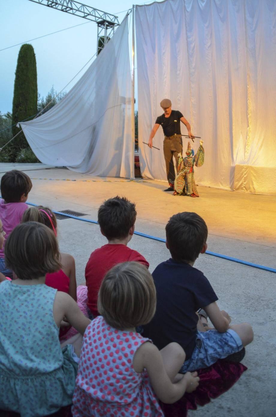 La magie des marionnettes tous les mardis soir au jardin Mistral.