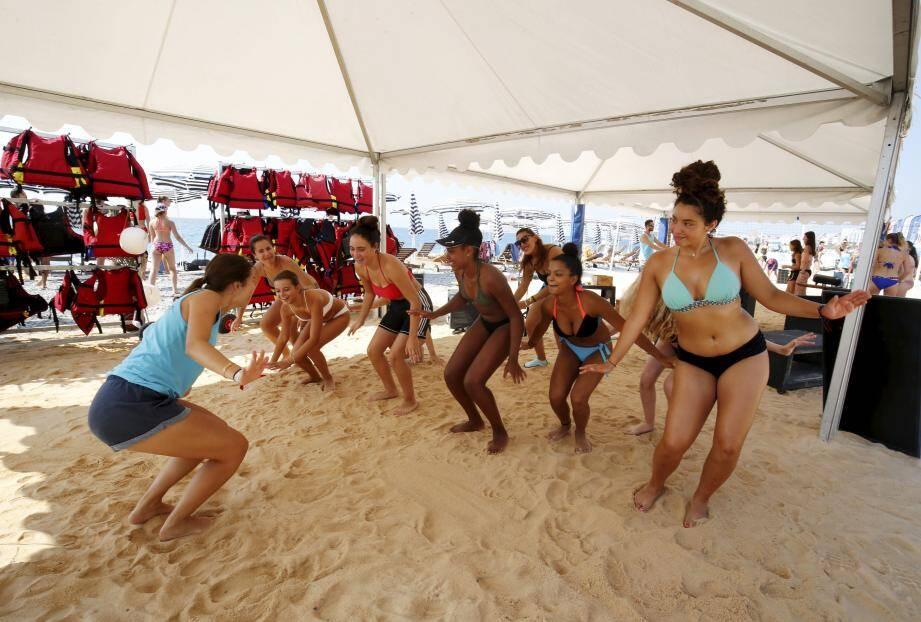 Un atelier de danse au club de plage Li Rateta.