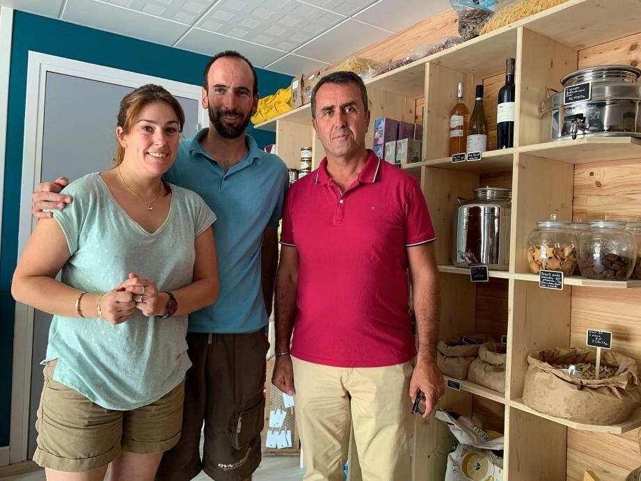 Le maire, Stéphane Simonini (à droite), n'a pas résisté à l'envie de découvrir les bons produits vendus à la « Petite épicerie  ».