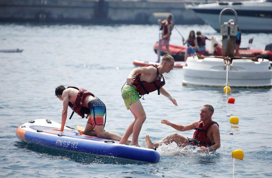 La côte azuréenne regorge d'activités nautiques. Ici, du stand up paddle. (J-F. O.)