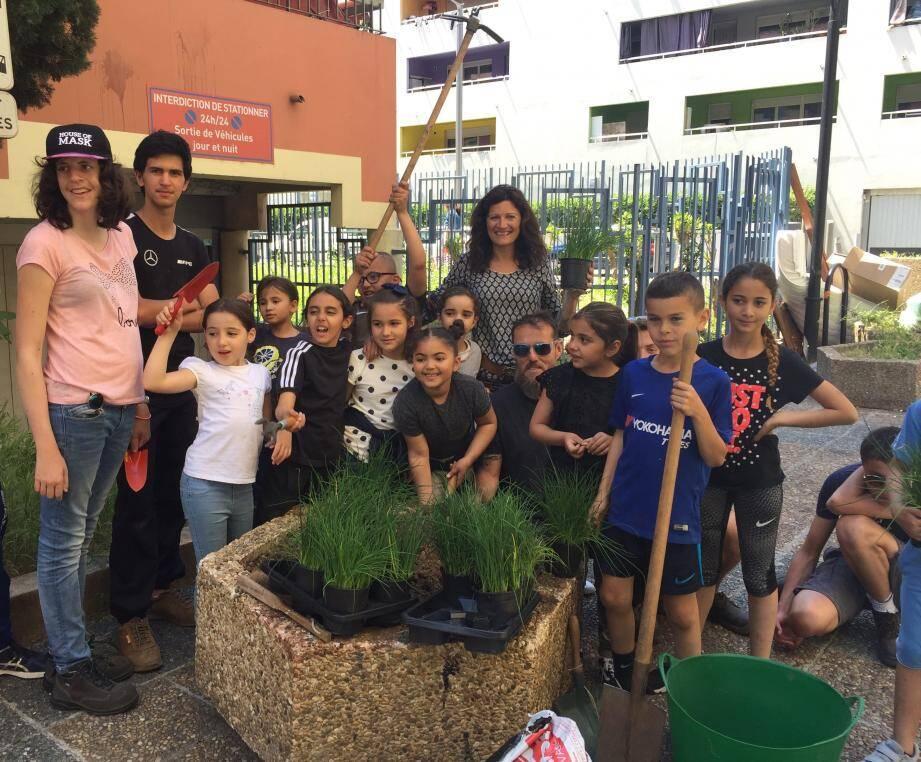 Les élèves de l'école Jacques-Prévert autour de leurs jardinières.(DR)