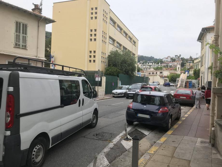 Sur l'ensemble du boulevard Jean-Behra de son départ (ci-dessus) jusqu'à la déchetterie, des riverains se plaignent d'une recrudescence du stationnement gênant.