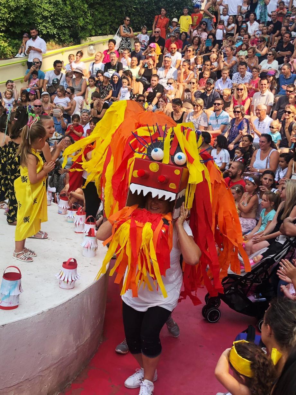 Chaque été, le spectacle des centres de loisirs réunit une foule de fans compacte, applaudissant à tout rompre !
