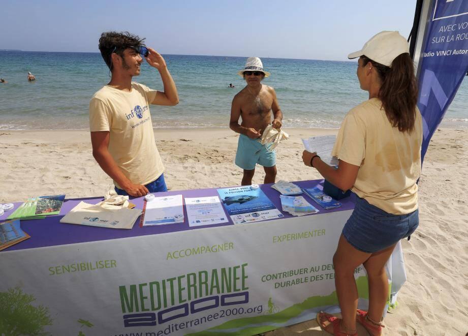 Sur de nombreuses plages du littoral des animateurs accueillent les curieux et passants pour sensibiliser.