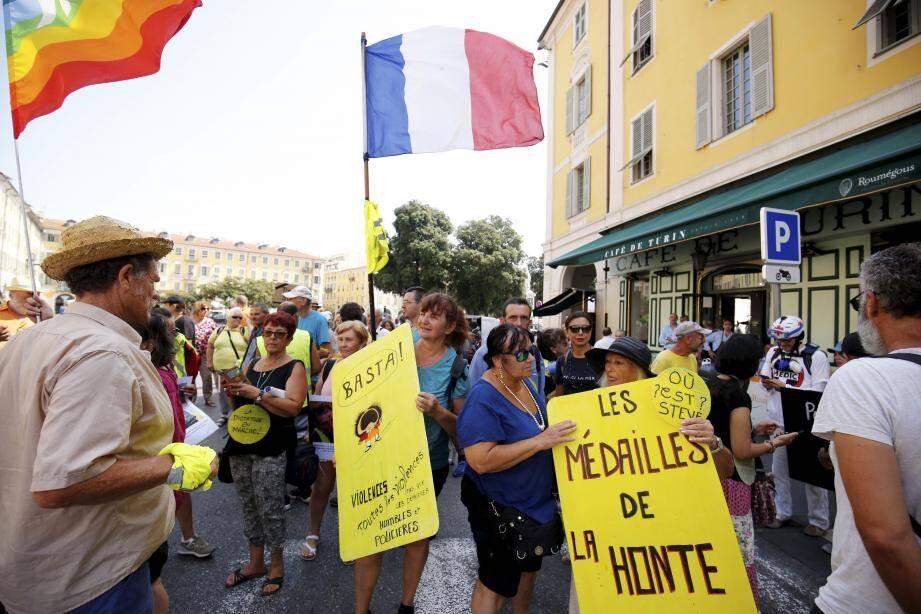 Les manifestants ont rejoué la scène de la chute de Geneviève Legay.