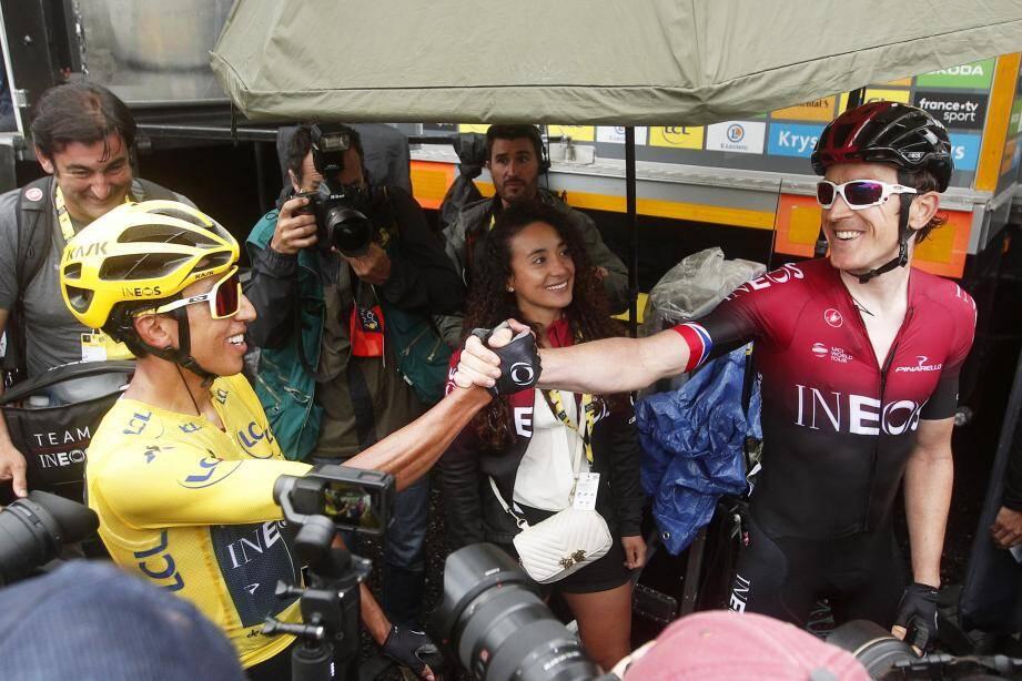 Passation de pouvoir entre Bernal et Thomas sous le regard de Xiomara, la compagne du maillot jaune. Ineos tient ses deux As.(Ph Epa)