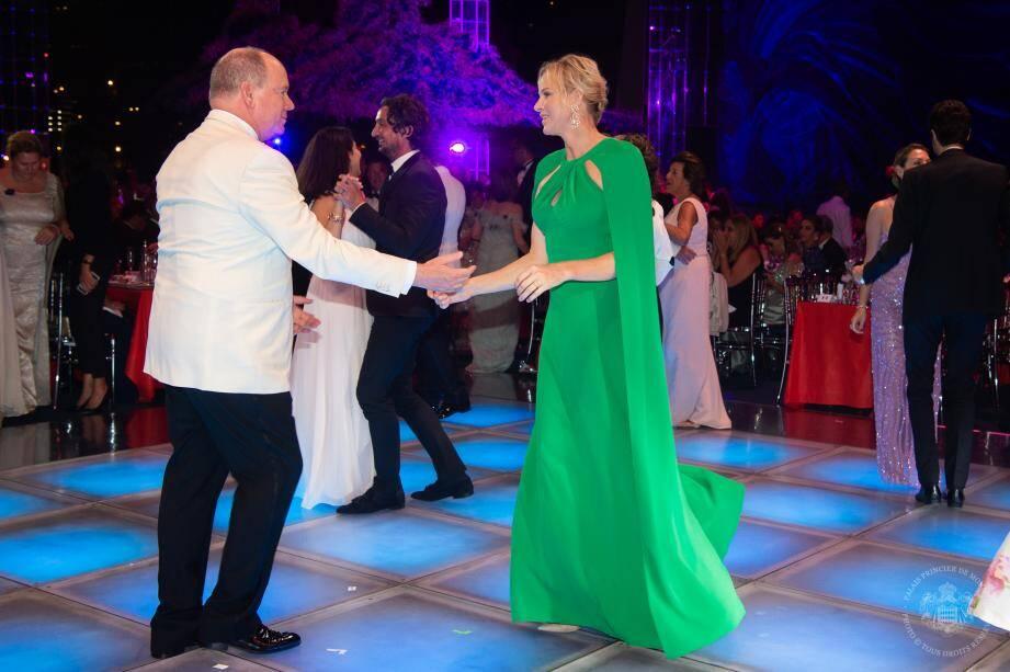 Après leur danse vendredi soir au gala de la Croix-Rouge monégasque, le couple princier doit partir en vacances, dans les prochains jours, loin des projecteurs.