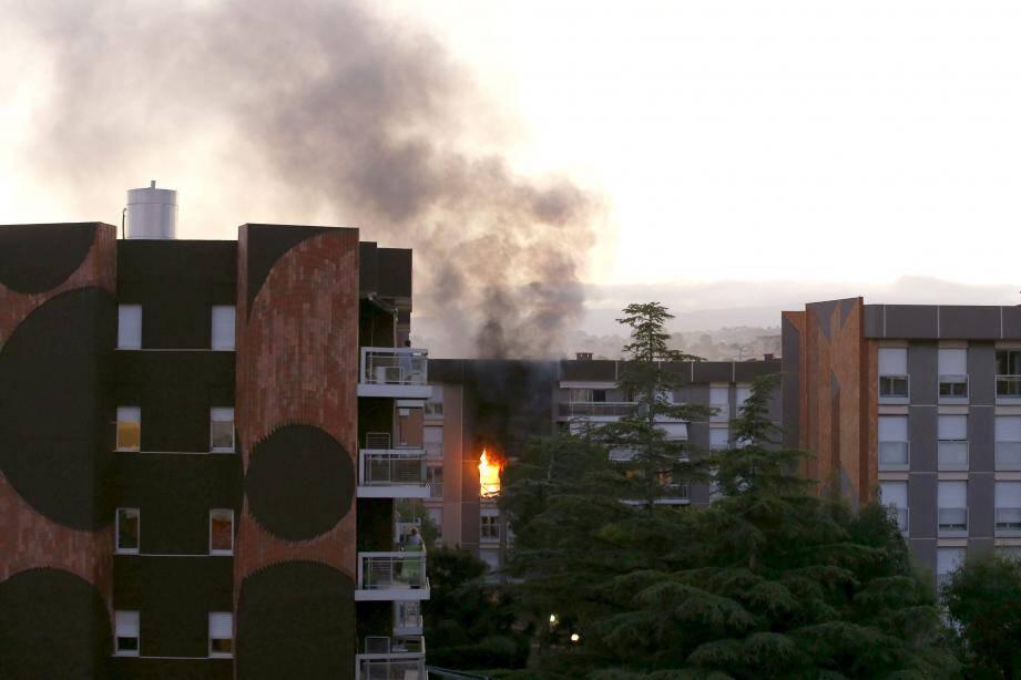 Les flammes ont ravagé un appartement situé au 3e étage et donnant rue de Roquebillière. Photo Jean-François Ottonello