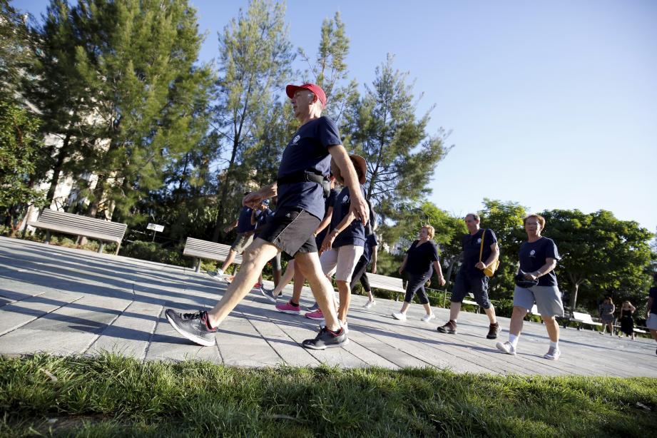 Larges foulées, talons volontaires, plantes des pieds bien déroulées : avec les seniors, l'art de la marche n'est pas à la traîne.