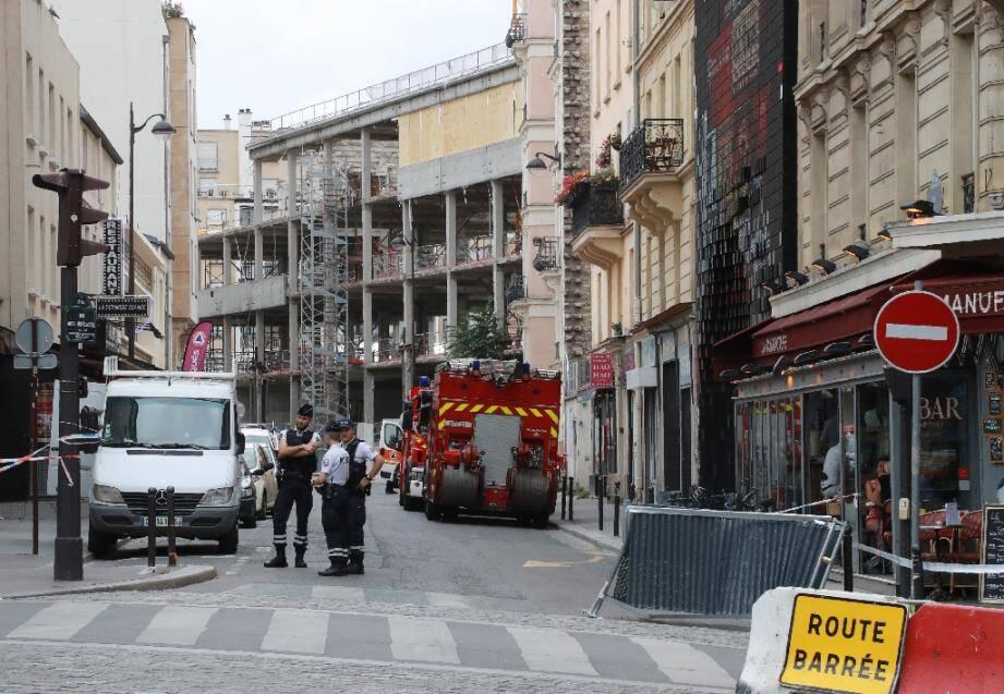 Les forces de police devant une rue où s'est effondré un échafaudage à Paris ce mardi.