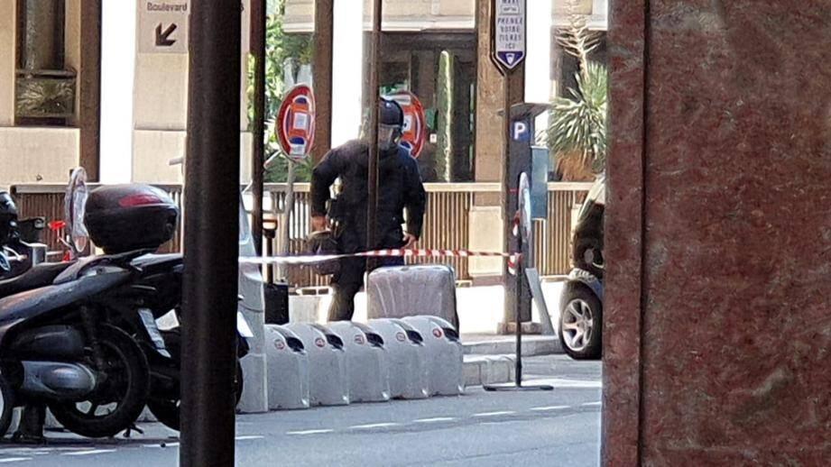 Un démineur a été dépêché sur place pour neutraliser la valise abandonnée.